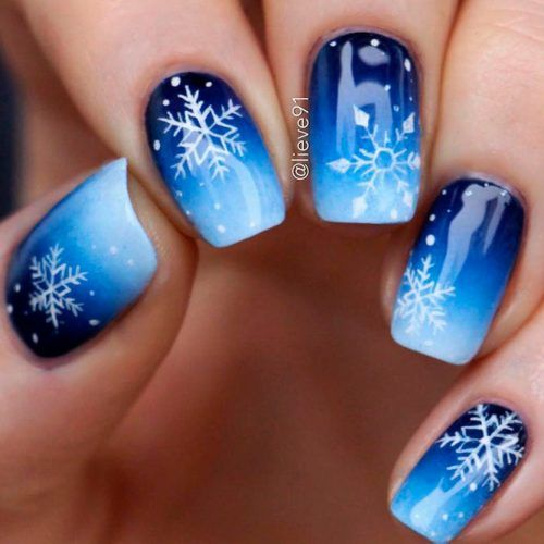Unhas curtas decoradas com flocos de neve
